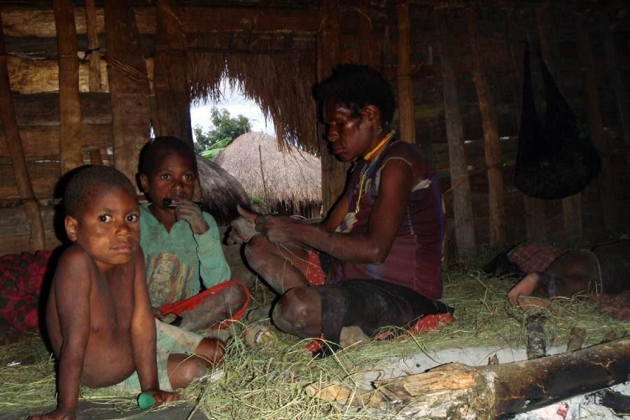 Ostoja szamana-Irian Jaya – samotnie wśród ludożerców (1)