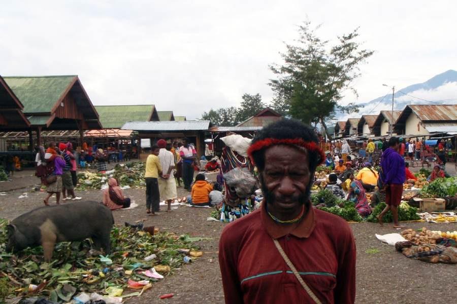 Ostoja szamana-Irian Jaya – samotnie wśród ludożerców (18)